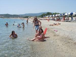 spiaggia- Arriva il caldo, in Calabria i primi bagni al mare