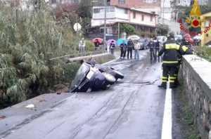 cetraro-auto-burrone-300x198 Maltempo, cede un ponte a Cetraro: auto precipita nel burrone