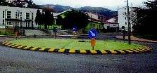 rotonda_santumile Scontro alla rotonda del Campo sportivo. Coinvolto uno scuolabus