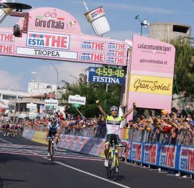 giro-italia-cosenza-rosa Cosenza si tinge di rosa. Dopo 24 anni il Giro d'Italia torna sulle rive del Crati