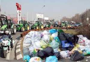 """spazzatura-300x208 """"In Calabria certi politici finiscono nella spazzatura"""". Alla manifestazione regionale per dire no a qualsiasi piattaforma o discarica partecipano in migliaia"""