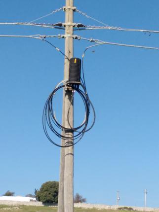 palo-telefonico-cavi Tranciati cavi in fibra ottica in contrada Soverano