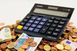finanza-calcolatrice-euro-soldi-300x200 Nuove tendenze della finanza: ora si investe da casa