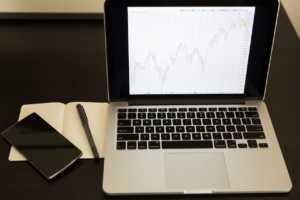 macbook-698827_1280-300x200 Mondo opzioni binarie: i consigli per gli investitori