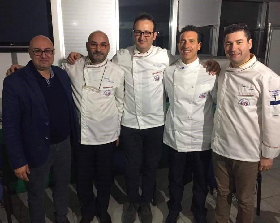 il-presidente-nazionale-con-gli-chef-dellAPCC Cresce l'attesa per la 17a cena sociale dei cuochi cosentini