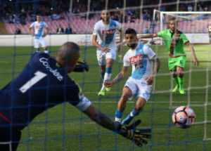 insigne-rigore-vs-crotone-300x215 Napoli-Crotone 3-0, due rigori dubbi, furia Nicola