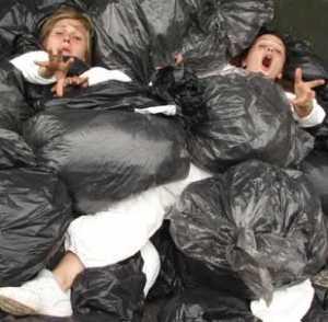 bisign_spazzatura-300x294 Tsunami spazzatura. Bisignano invasa dai rifiuti come a Napoli. La situazione potrebbe presto precipitare!