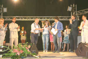 vincitrice-giovani-con-sindaco-300x200 Luzzi: Termina il festival canoro Sambucina