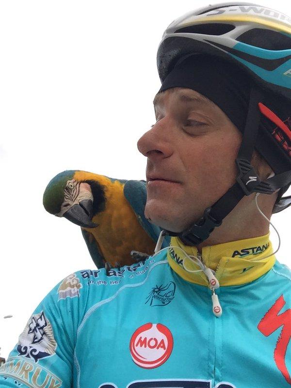 michele_Scarponi_franky Addio a Scarponi. Anche il pappagallo Franky omaggia il campione