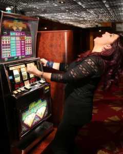 donne_casino_slot_donna-240x300 Sempre più donne giocano online
