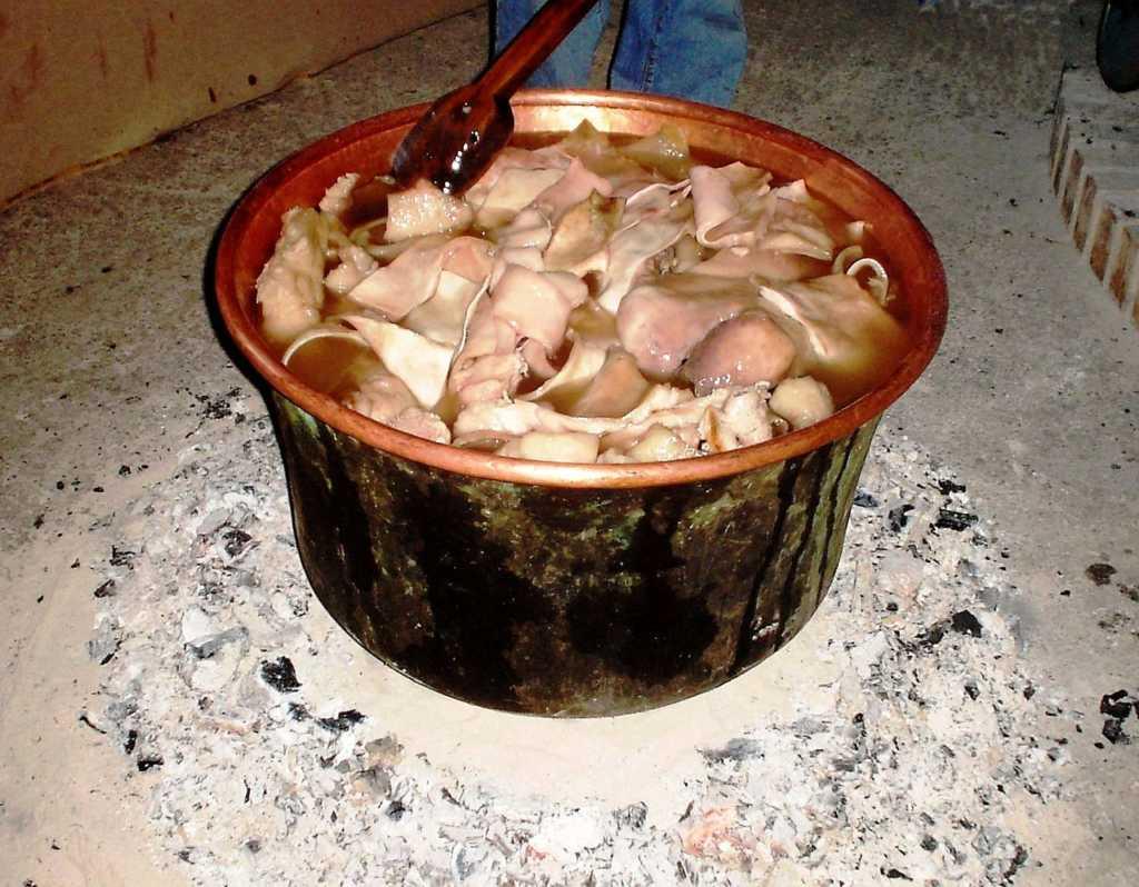 Frittole_nella_Cardara-1024x798 La tradizione del maiale a Bisignano