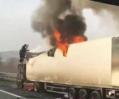 tir-fiammea2 Tir in fiamme sull'autostrada nei pressi di Torano